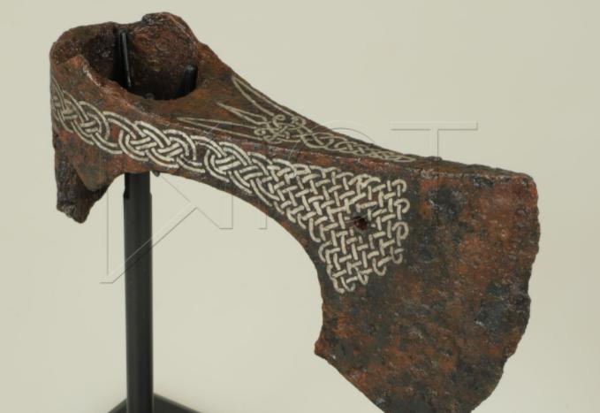 Национальному музею подарили топор времен Киевской Руси, который меценат выкупил на черном рынке