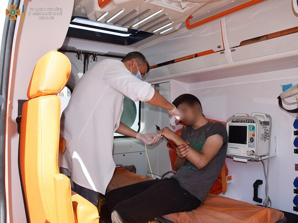 Николаевец пробил руку стальным наконечником на заборе, вызволяли спасатели (ФОТО) 7