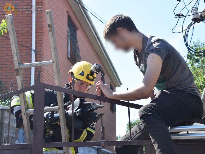 Николаевец пробил руку стальным наконечником на заборе, вызволяли спасатели (ФОТО)