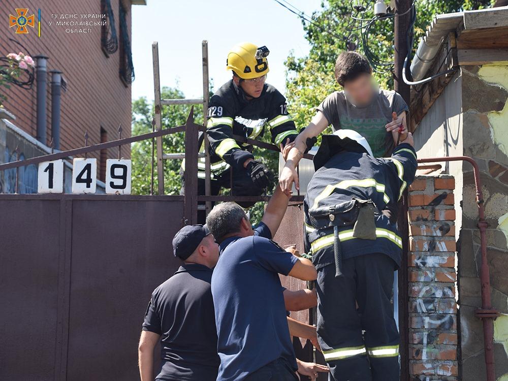 Николаевец пробил руку стальным наконечником на заборе, вызволяли спасатели (ФОТО) 3