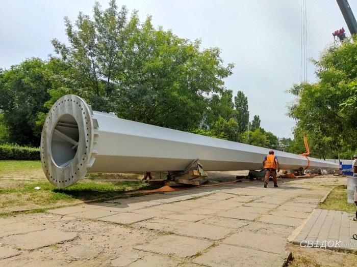 В Николаеве установили 72-метровый флагшток (ФОТО) 1