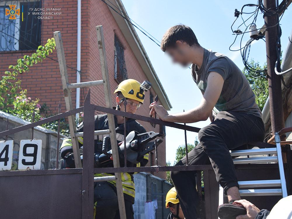 Николаевец пробил руку стальным наконечником на заборе, вызволяли спасатели (ФОТО) 1