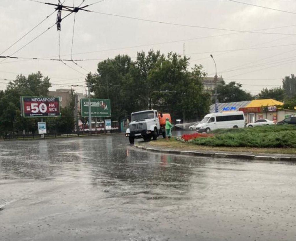 В Николаеве во время сильного ливня коммунальщики поливали клумбу 1