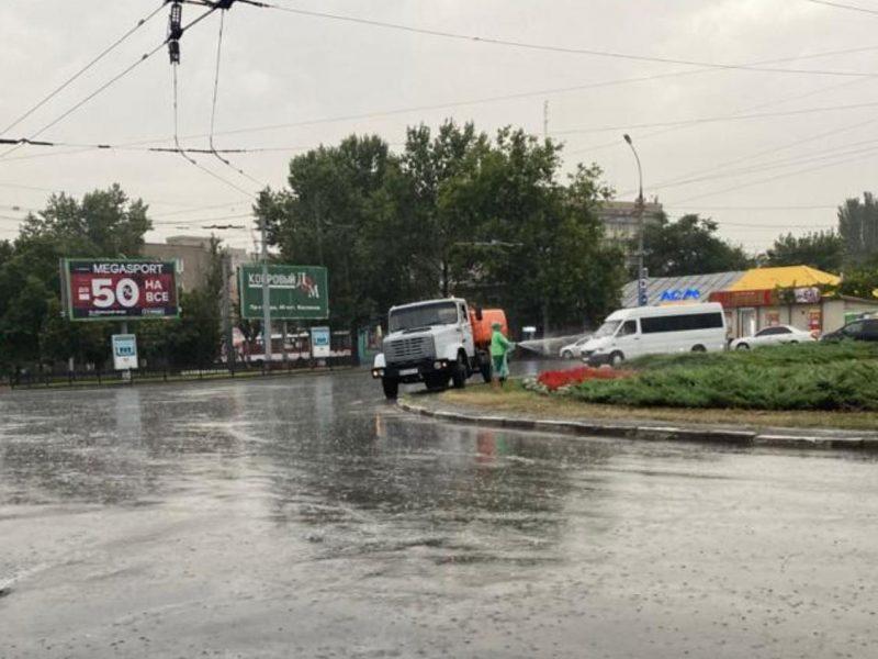 В Николаеве во время сильного ливня коммунальщики поливали клумбу
