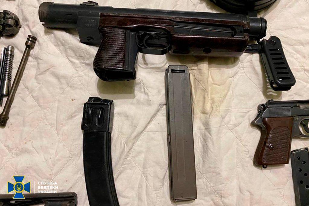 Два пулемета, 7 пистолетов, тысячи патронов, - СБУ выявило подпольную оружейную мастерскую на Николаевщине (ФОТО) 1