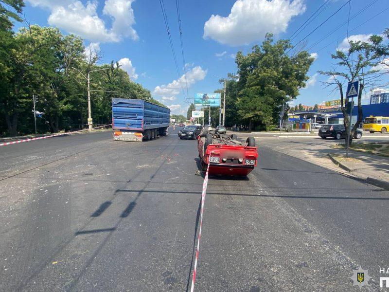 В Николаеве столкнулись четыре автомобиля, ВАЗ перевернулся, пострадали два человека