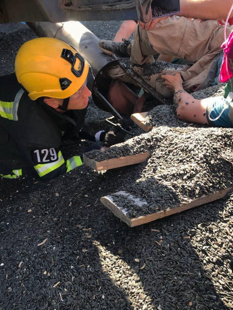 На Николаевщине спасатели освободили мужчину, ногу которого затянуло в шнекоротор (ФОТО) 1