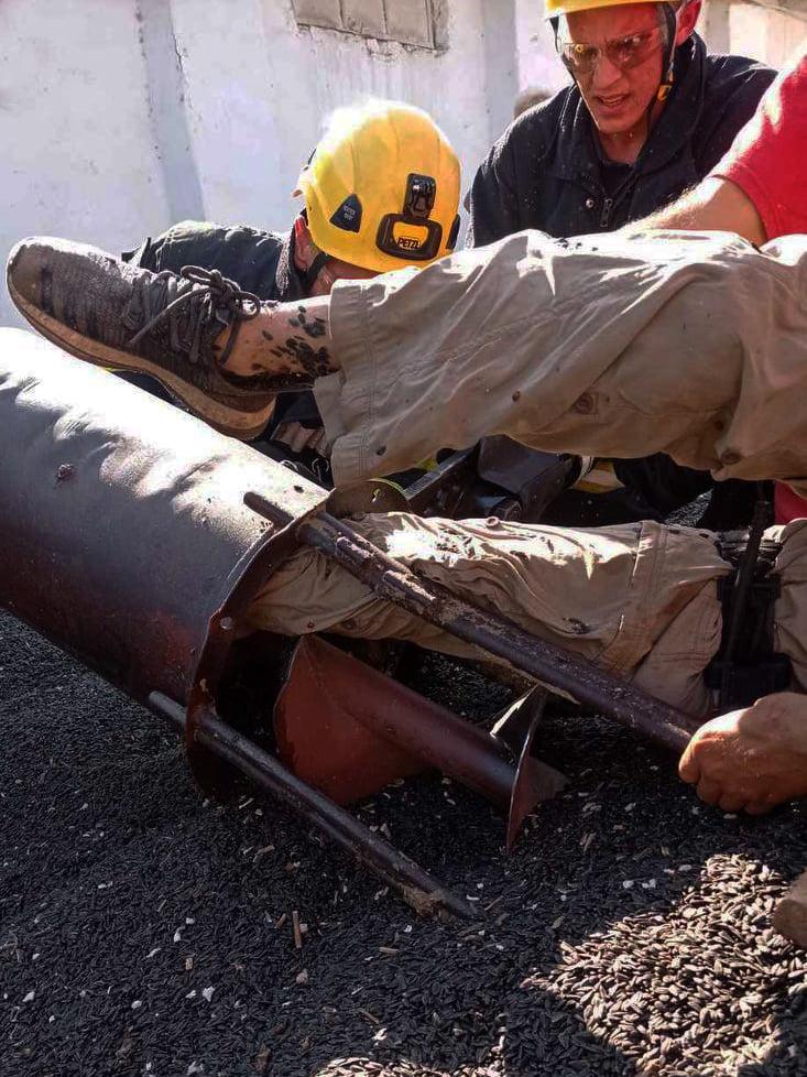 На Николаевщине спасатели освободили мужчину, ногу которого затянуло в шнекоротор (ФОТО) 7