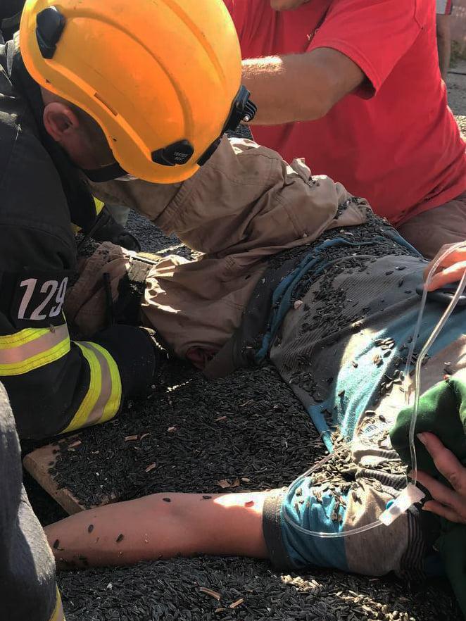 На Николаевщине спасатели освободили мужчину, ногу которого затянуло в шнекоротор (ФОТО) 9