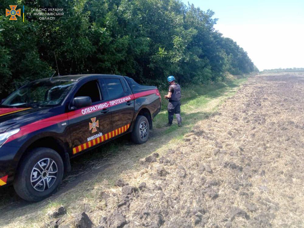 Пахали поле – нашли артснаряд: николаевские пиротехники обезвредили взрывоопасную находку (ФОТО) 1