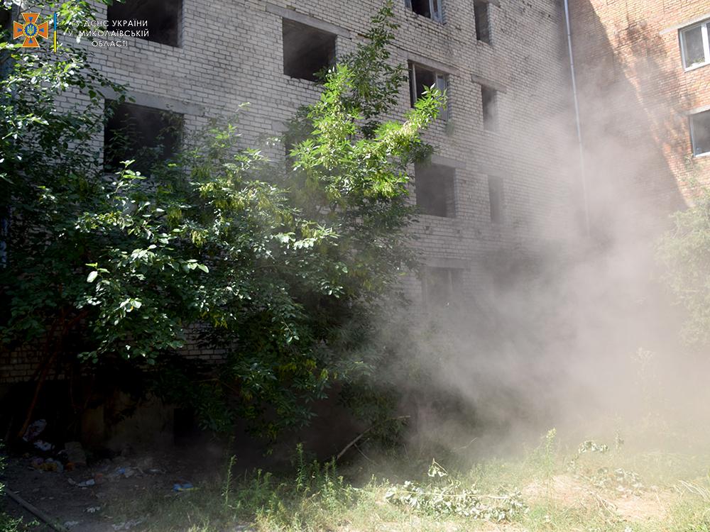 В Николаеве тушили пожар в брошенном недострое (ФОТО, ВИДЕО) 7