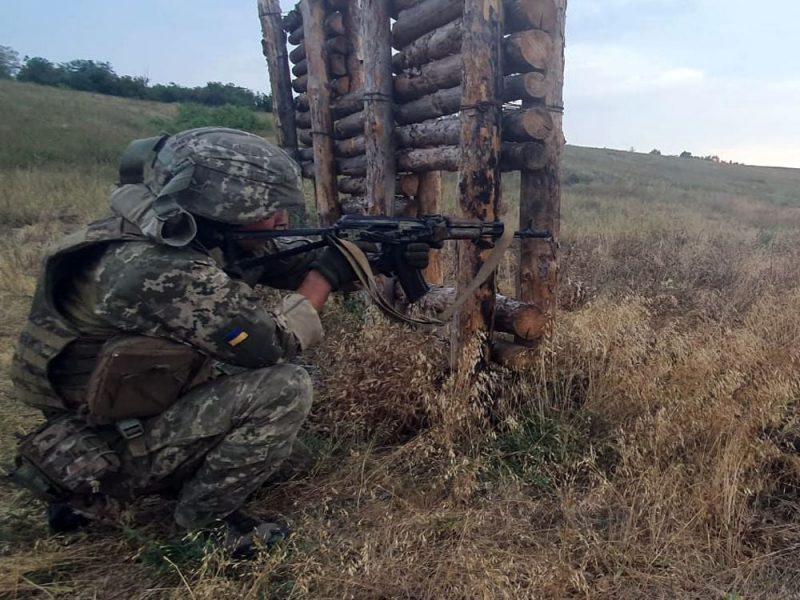 Чтобы стрелять из любого положения: как тренируют николаевских десантников (ФОТО)