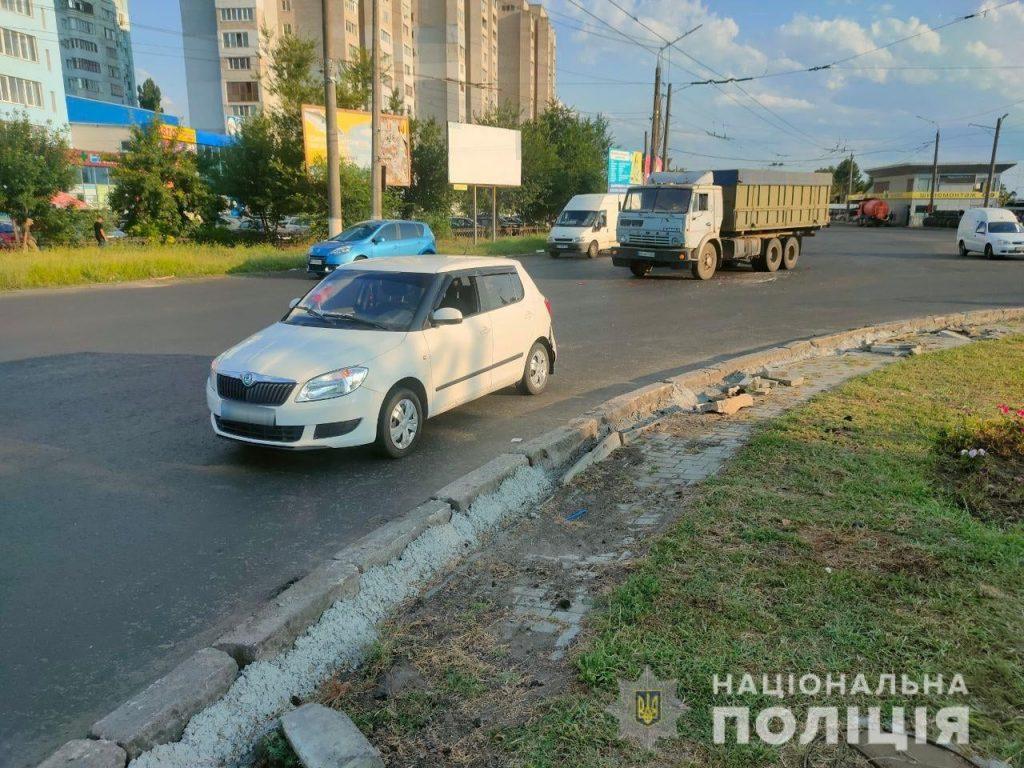 В Николаеве на Терновском кольце грузовик врезался в «Шкоду»: пострадали двое детей (ФОТО) 7