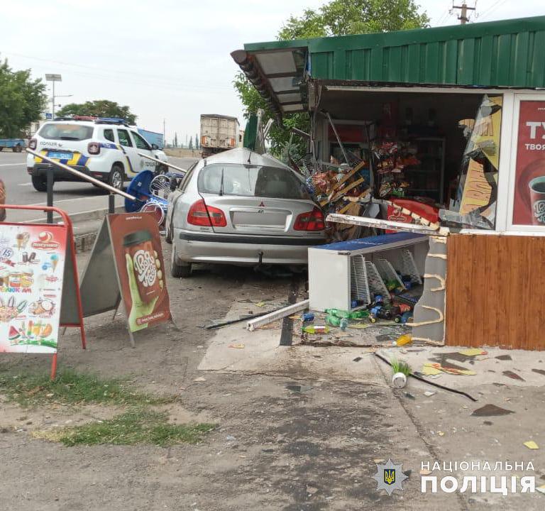 На Николаевщине ранним утром Mitsubishi врезался в магазин - пострадала пассажир авто (ФОТО) 7