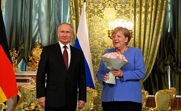 Путин просил Меркель надавить на Зеленского (ВИДЕО)