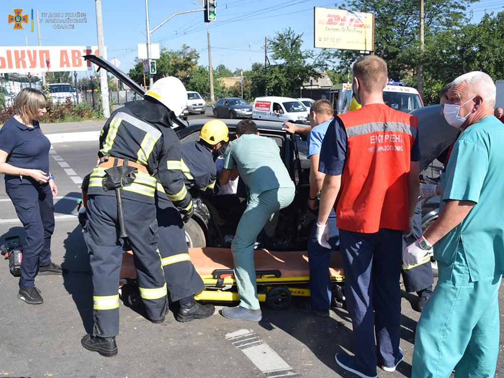 ДТП в Николаеве у «Эпицентра»: пострадали женщина и мужчина, их доставили в больницу (ФОТО, ВИДЕО) 15