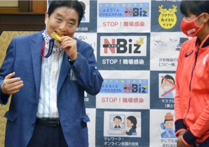 Мэр японского города искусал золотую олимпийскую медаль. МОК вручит чемпионке новую