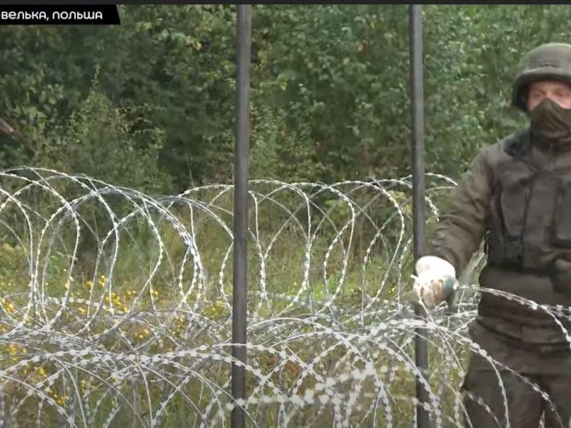 Польша отгораживается от Беларуси колючей проволокой, но новый забор уничтожают недовольные (ВИДЕО)