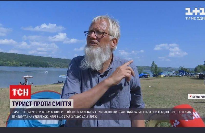 Немецкий пенсионер приехал на Буковину и решил очистить берег Днестра. Чистит уже неделю (ВИДЕО)