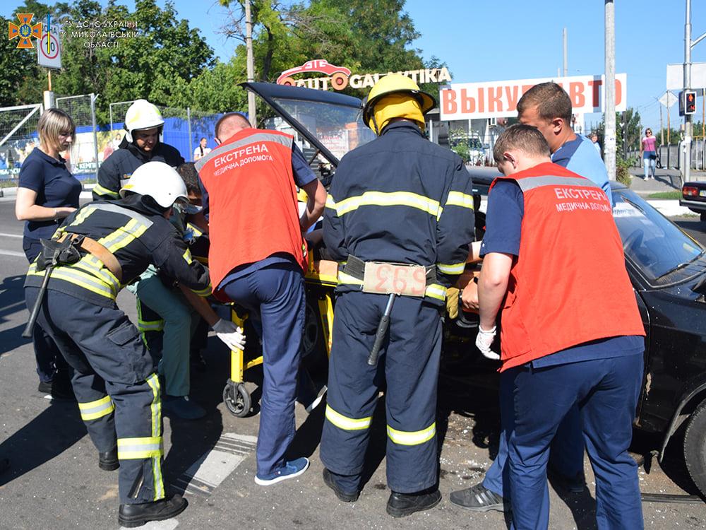 ДТП в Николаеве у «Эпицентра»: пострадали женщина и мужчина, их доставили в больницу (ФОТО, ВИДЕО) 17