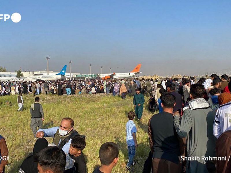 Хаос в аэропорту Кабула: тысячи люди пытаются бежать из Афганистана, некоторые цепляются за шасси самолетов (ВИДЕО)