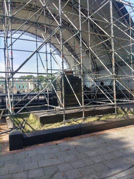 В Киеве праздничную сцену установили на могилах участников революции 1917-1920 годов (ФОТО) 1