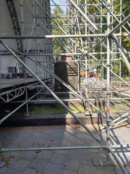 В Киеве праздничную сцену установили на могилах участников революции 1917-1920 годов (ФОТО) 3