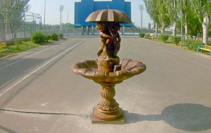 На Центральном стадионе демонтируют фонтан с купидонами, который возмутил николаевцев (ФОТО)