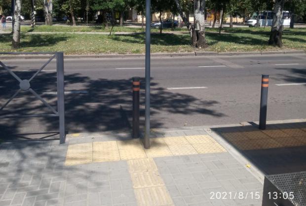 Столб посреди перехода для слепых, — в Николаеве одним фото объяснили качество работы Департамента ЖКХ