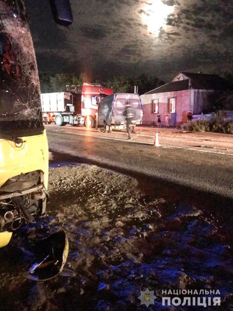 Ночное ДТП на Николаевщине. DAF столкнулся с ГАЗелью, водителя которой потом насмерть сбил автобус (ФОТО) 3