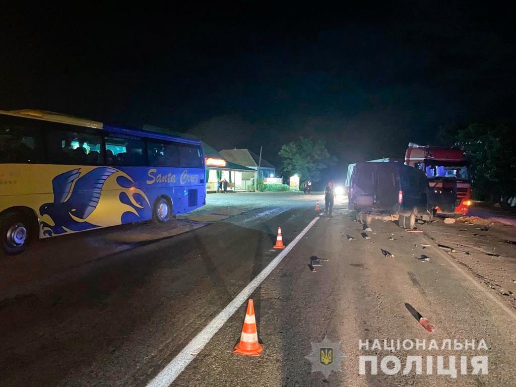 Ночное ДТП на Николаевщине. DAF столкнулся с ГАЗелью, водителя которой потом насмерть сбил автобус (ФОТО) 1