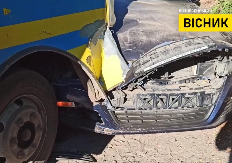 Мэр Вознесенска на своем Volkswagen врезался в рейсовый автобус (ВИДЕО)
