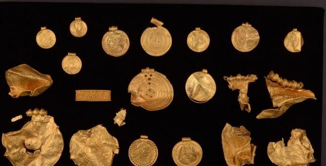 Почти 1 кг золотых изделий: мужчина в Дании нашел необычный клад
