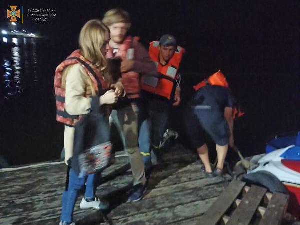 Спасатели Николаевщины экстренно доставили на «материк» с Кинбурна 31-летнего отдыхающего с отеком трахеи (ФОТО) 1