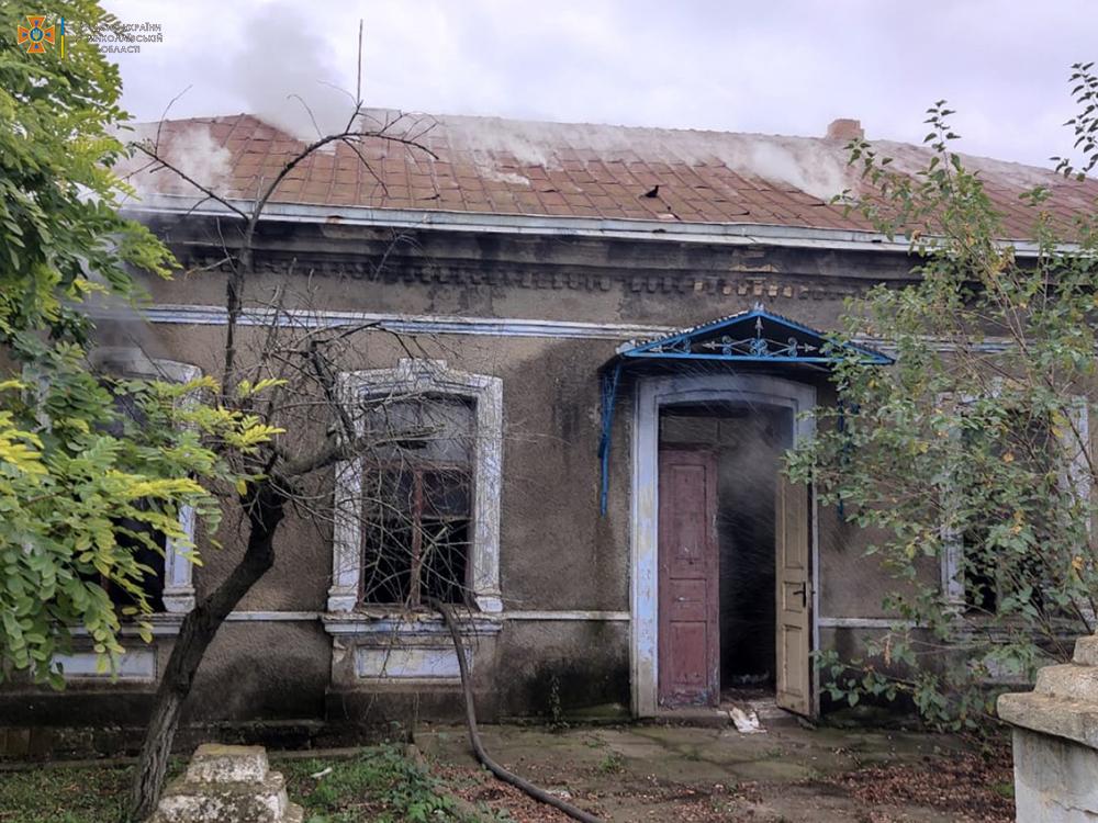 В Баштанском районе тушили брошенный жилой дом 3