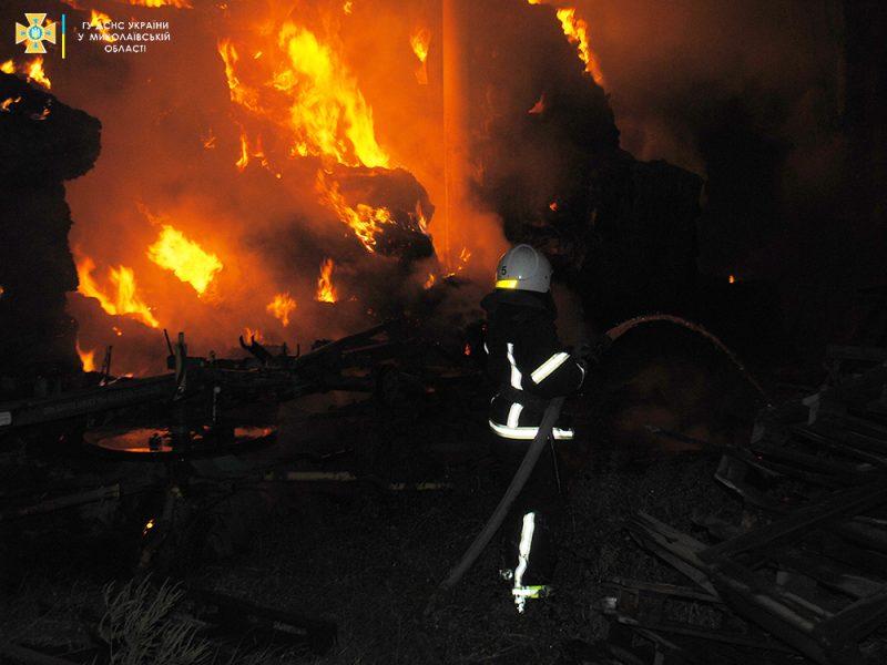 В Николаеве ночью был сильный пожар — горели тюки соломы (ФОТО)