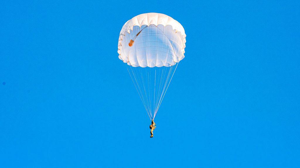 На Николаевщине морпехи выполнили программу прыжков с парашютом (ФОТО) 23