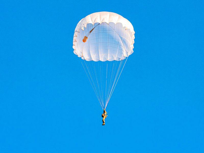 На Николаевщине морпехи выполнили программу прыжков с парашютом (ФОТО)