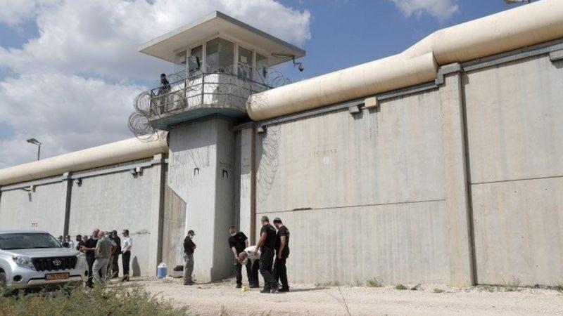 В Израиле из тюрьмы сбежали 6 палестинцев, приговоренных к пожизненному за терроризм, — прокопали тоннель ложкой (ФОТО, ВИДЕО)