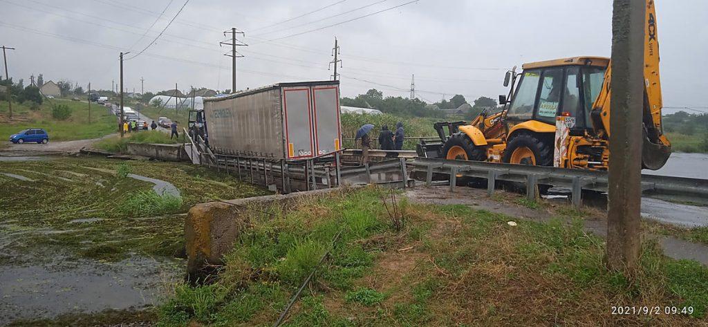 Движение по понтонному мосту в Пересадовке, подтопленному на прошлой неделе фурой, восстановлено (ФОТО, ВИДЕО) 3