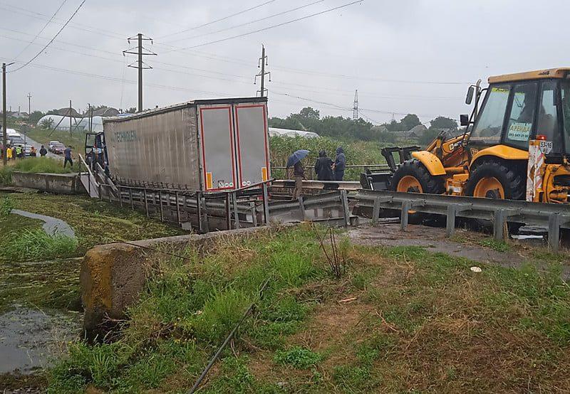 Движение по понтонному мосту в Пересадовке, подтопленному на прошлой неделе фурой, восстановлено (ФОТО, ВИДЕО)