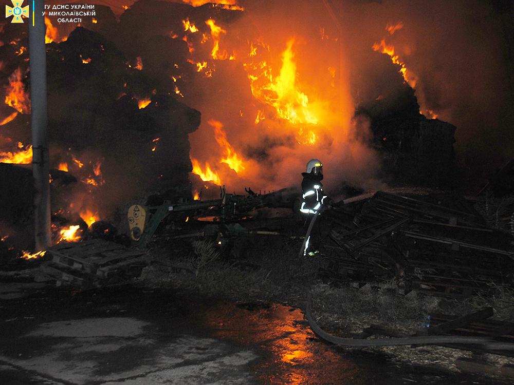 В Николаеве ночью был сильный пожар - горели тюки соломы (ФОТО) 1