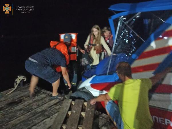 Спасатели Николаевщины экстренно доставили на «материк» с Кинбурна 31-летнего отдыхающего с отеком трахеи (ФОТО) 3