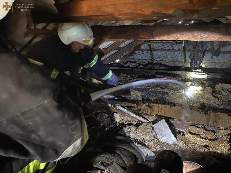На Николаевщине тушили крышу дома, загоревшуюся из-за печки (ФОТО)