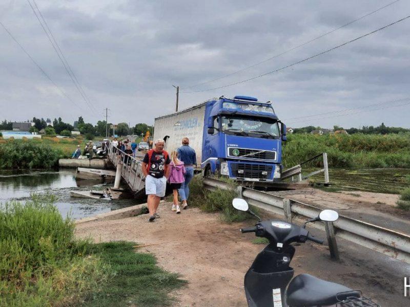 Понтонный мост в Пересадовке в очередной раз утопила фура