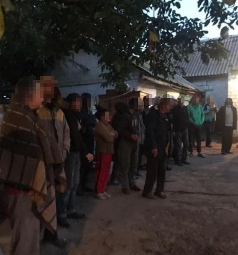 Подбирали на вокзалах. Полиция освободила 120 рабов - их использовала агрофирма (ФОТО, ВИДЕО) 3