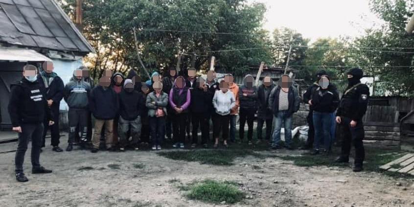 Подбирали на вокзалах. Полиция освободила 120 рабов - их использовала агрофирма (ФОТО, ВИДЕО) 7