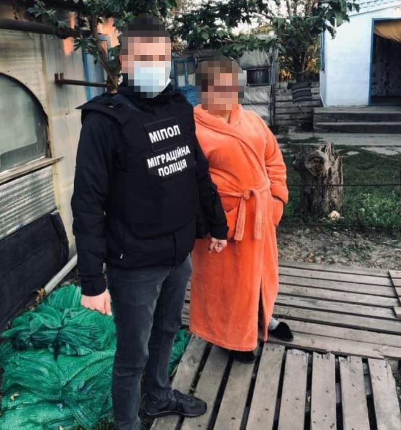 Подбирали на вокзалах. Полиция освободила 120 рабов - их использовала агрофирма (ФОТО, ВИДЕО) 1