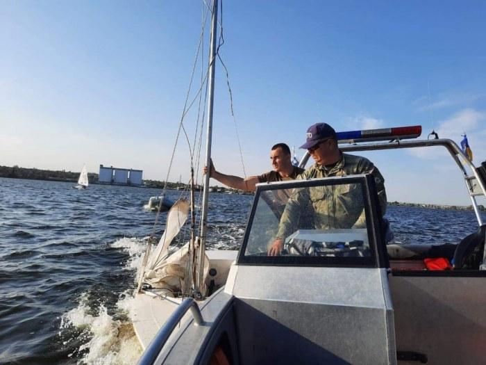 """Николаевские водные полицейские спасли двух юных яхтсменов с перевернувшегося """"Кадета"""" 5"""