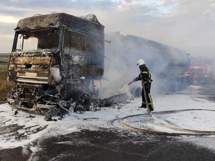 На Николаевщине посреди трассы сгорела фура с подсолнечным маслом 3
